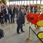 Mgr. Karel Horčička, náměstek HT pro oblast regionálního rozvoje otevírá muzeum otočením vrtulí